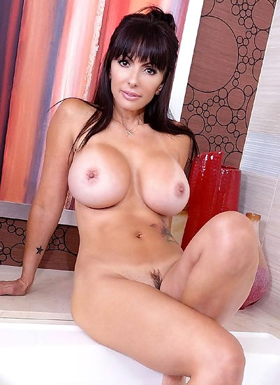 Catalina Cruz-vr bathtub time
